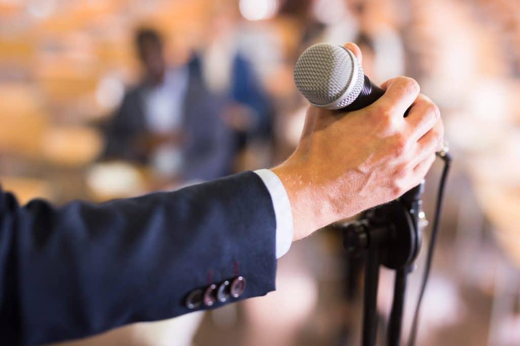 Comment apprendre à s'exprimer en public ?