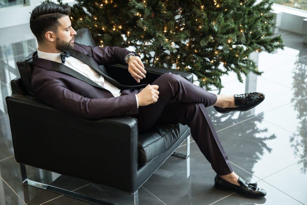 Assortir une robe cocktail et un costume par les couleurs